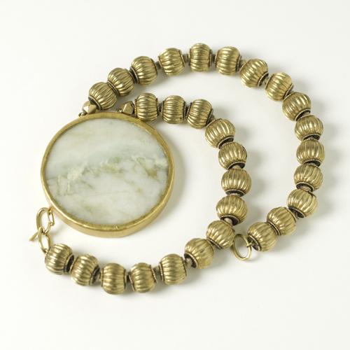 Collana con elementi in oro e pendente in giada