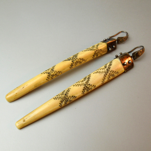 Orecchini pendente naga e argento
