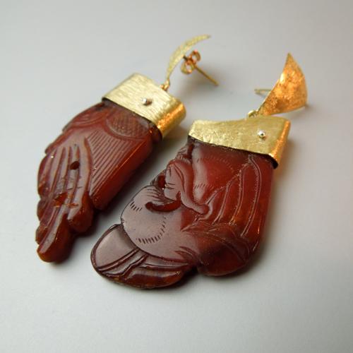 Orecchini con antica ambra incisa