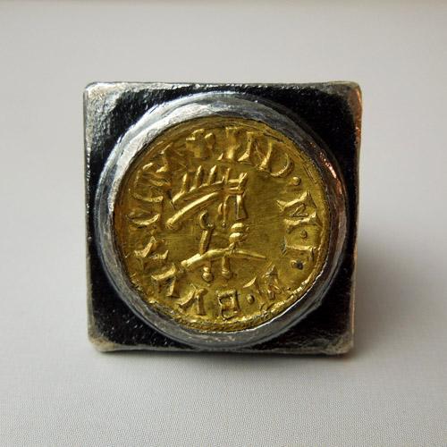 Anello in argento con moneta visigota in oro