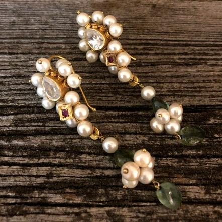Orecchini perle naturali e smeraldi.