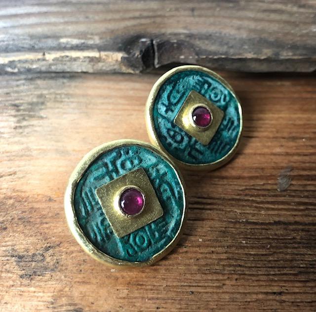 Orecchini moneta cinese antica e rubino