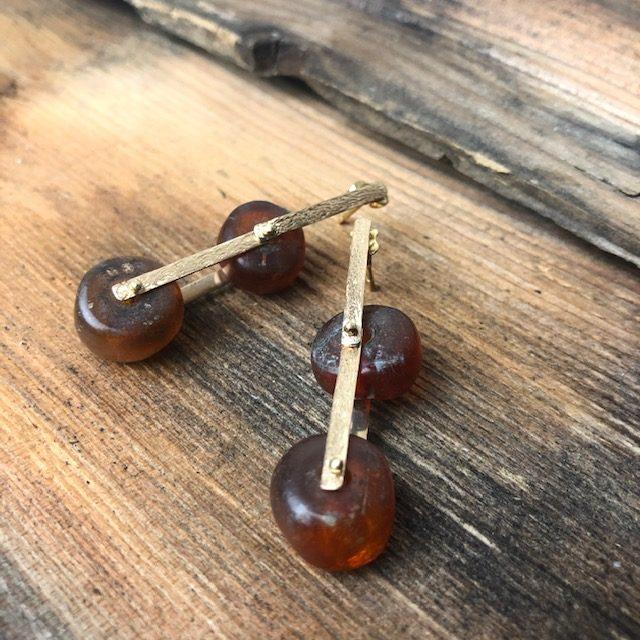 Orecchini con antichi elementi in ambra.