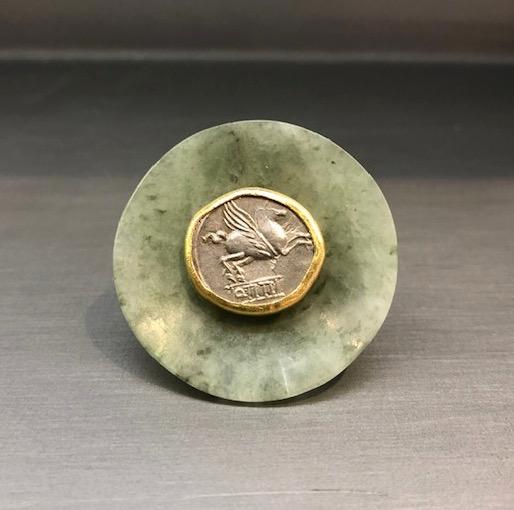 Anello in giada con antica moneta greca